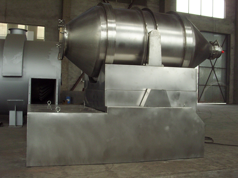 二维混料机主要由转筒、摆动架、机架三大部分构成。转筒装在摆动架上,由四个滚轮支撑并由两个挡轮对其进行轴向定位,在四个支撑滚轮中,其中两个传动轮由转动动力系统拖动使转筒产生转动,摆动架由一组曲柄摆杆机构来驱动,曲柄摆杆机构在机架上,摆动架由轴承组件支撑在机架上。 一、工作原理   二维混料机主要由转筒、摆动架、机架三大部分构成。转筒装在摆动架上,由四个滚轮支撑并由两个挡轮对其进行轴向定位,在四个支撑滚轮中,其中两个传动轮由转动动力系统拖动使转筒产生转动,摆动架由一组曲柄摆杆机构来驱动,曲柄摆杆机构在机架